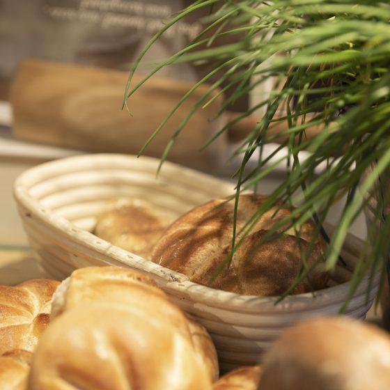 Ein Brotkorb mit Brötchen
