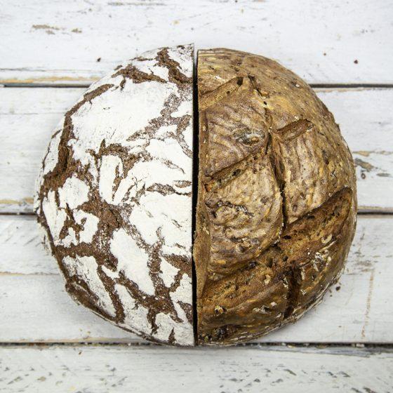 Zwei Brote dekorativ aneinandergelegt