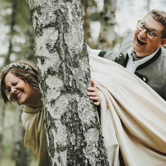 Verliebtes Paar beim Fotoshooting im Wald